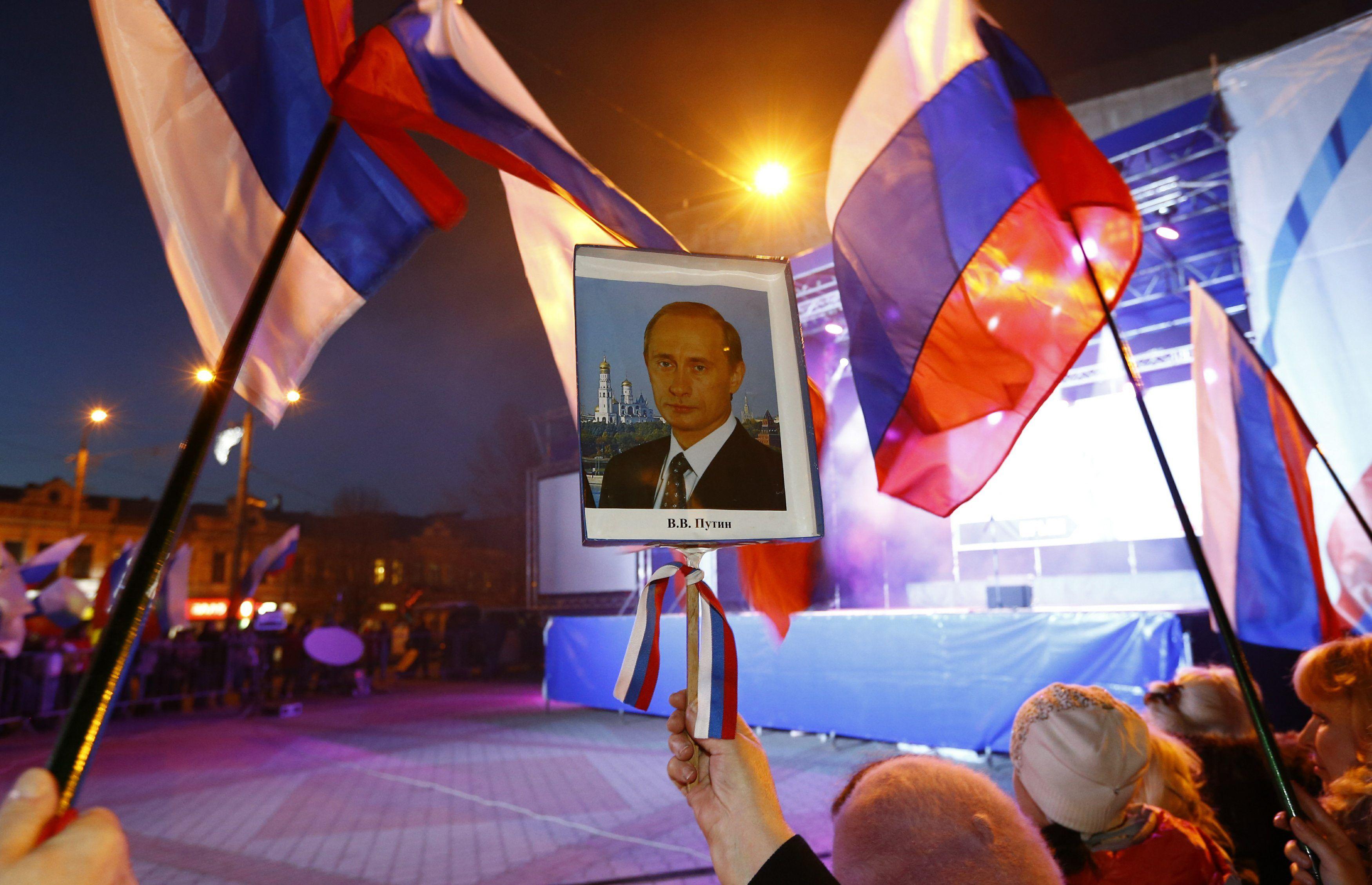 Портрет Путина на акции в Крыму