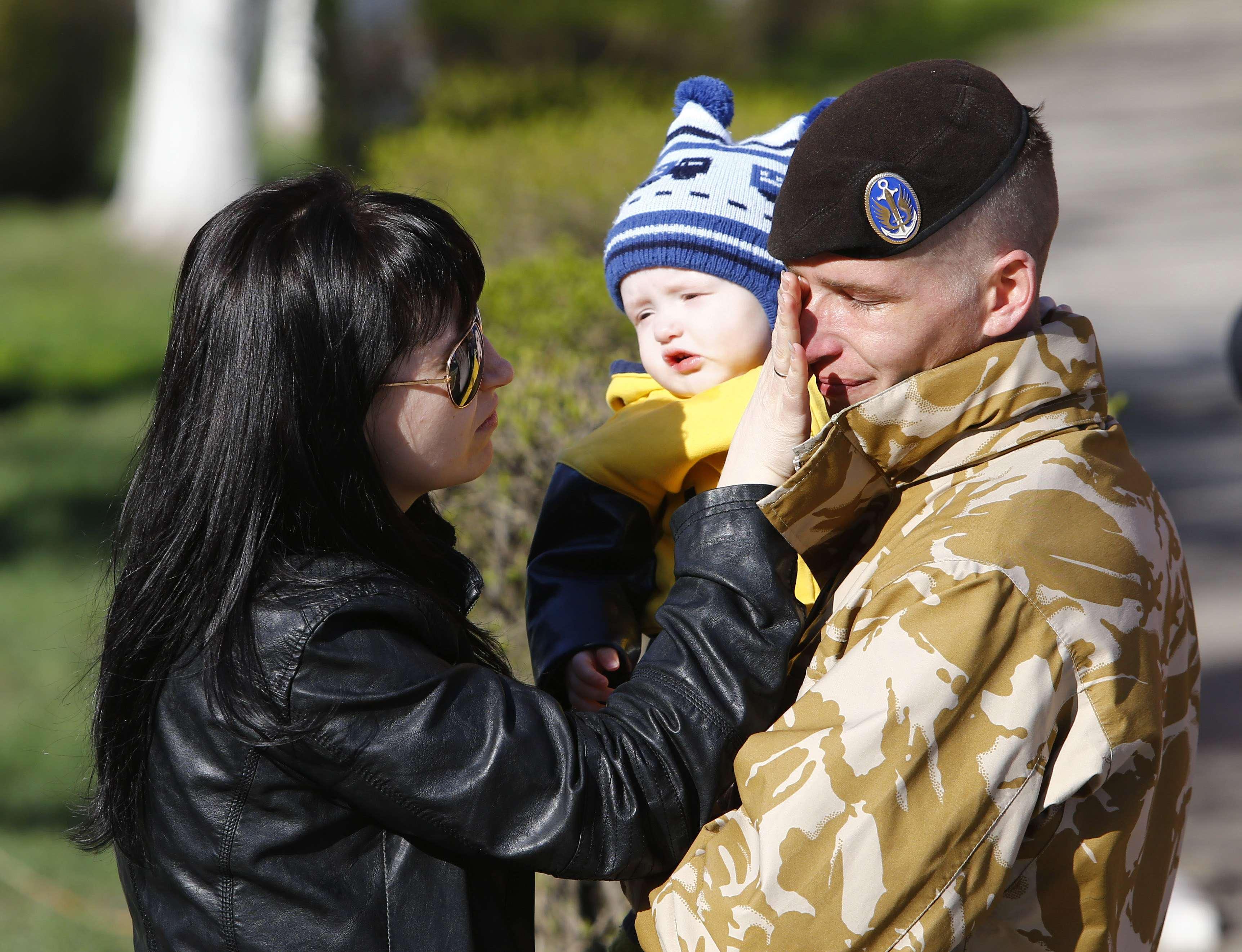 Украинский морпех с семьей, иллюстрация