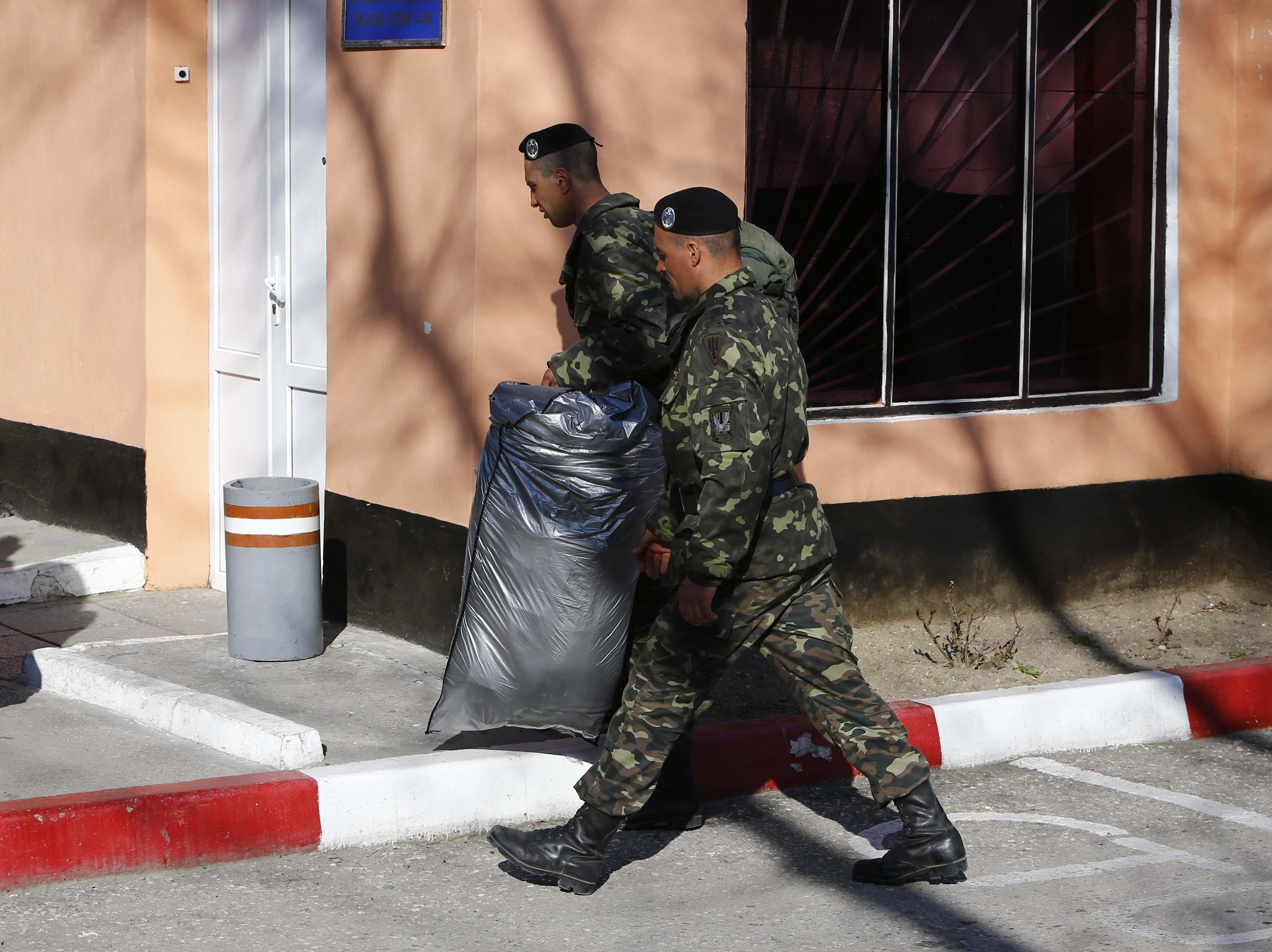 Украинские морпехи уходят из Феодосии