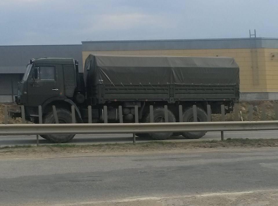 Россияне перевозят захваченные украинские танки на север Крыма: опубликованы фото