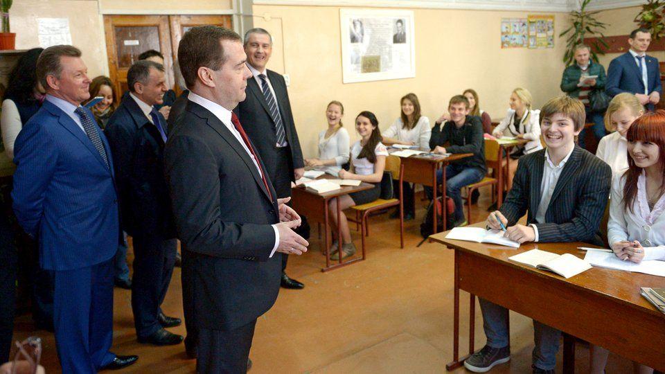 Дмитрий Медведев посещает гимназию имени К.Д.Ушинского в Крыму