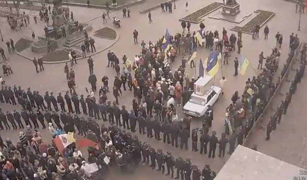 Митингующие разделены кордоном милиции