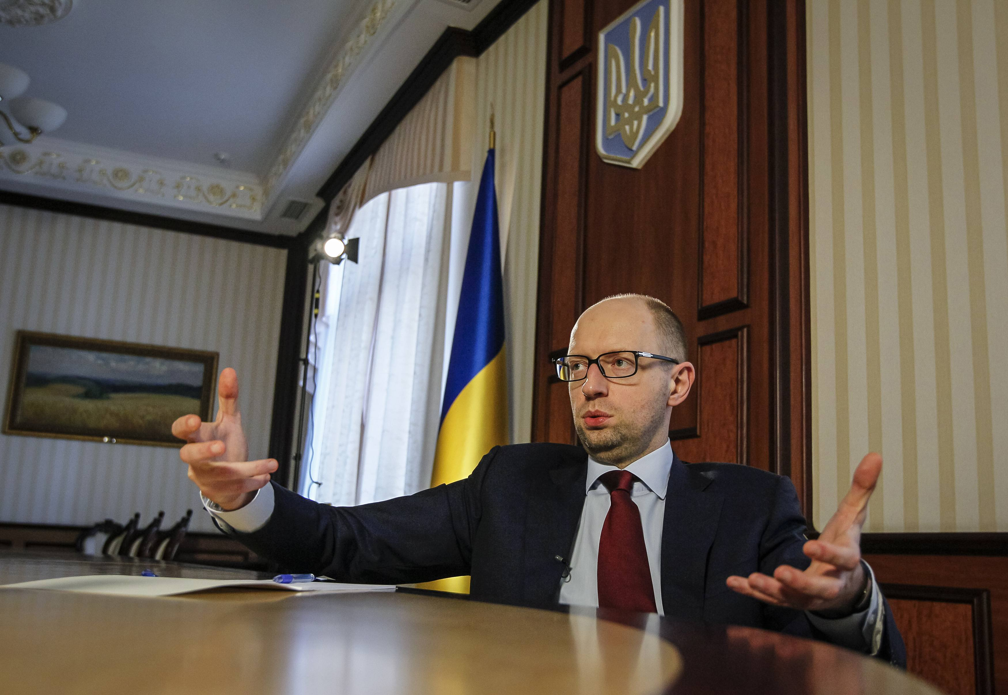 Яценюк хочет повысить зарплату военным в зоне АТО