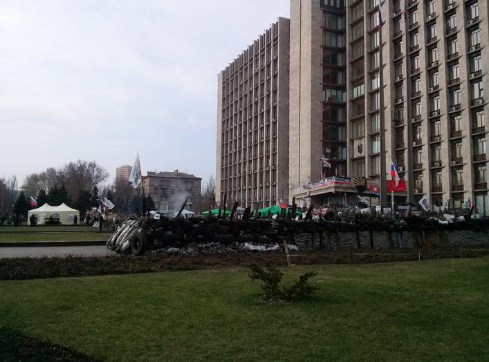 Баррикады возле Донецкой ОГА
