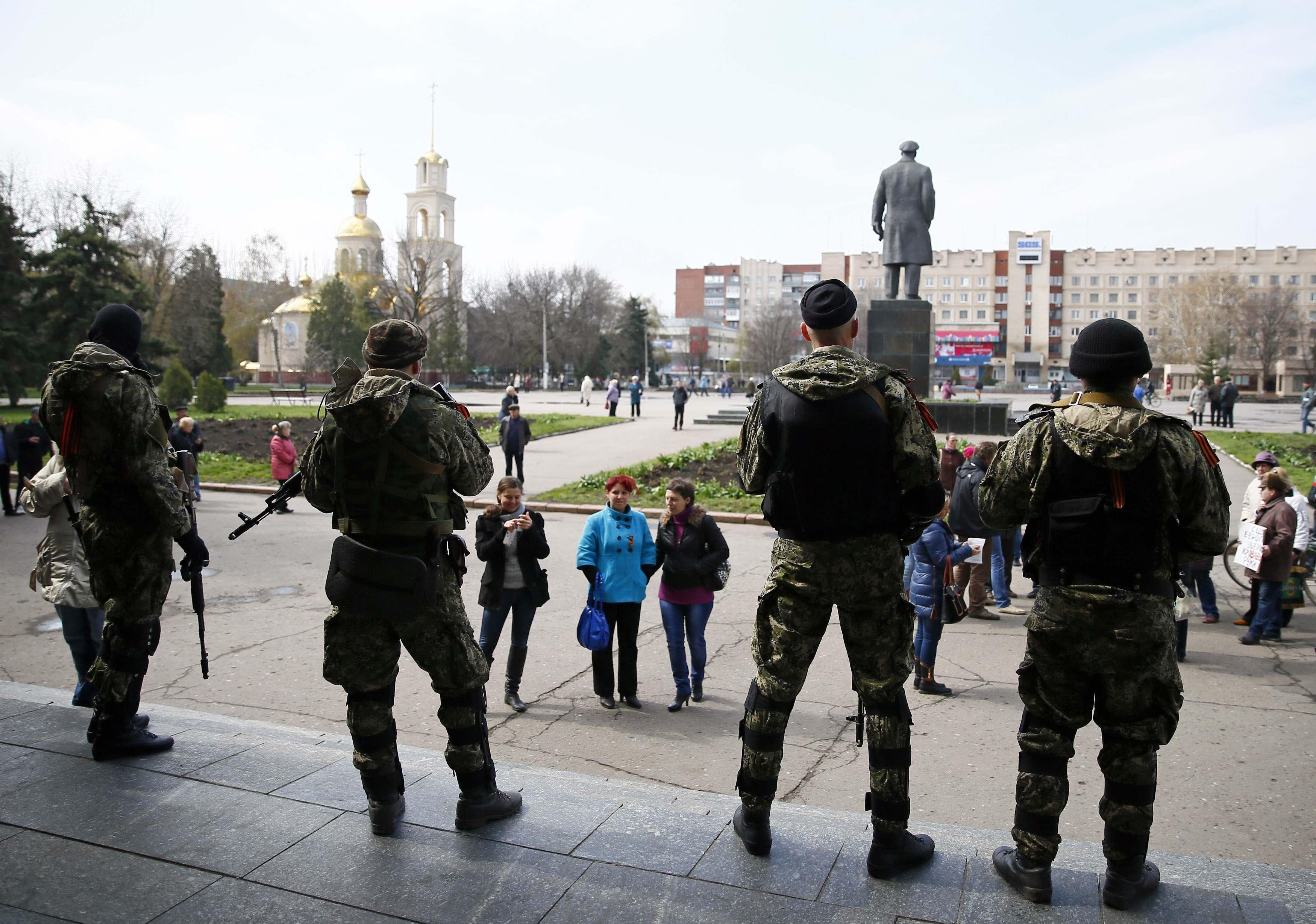Боевики на крыльце захваченной мэрии Славянска, 14 апреля 2014 года