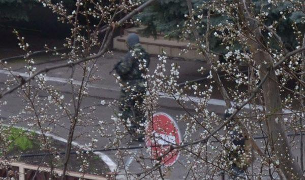"""В Краматорске """"зеленые человечки"""" захватили СБУ: опубликованы фото"""
