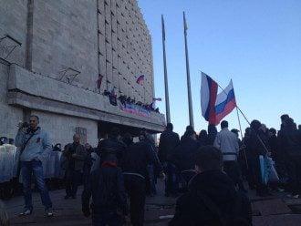 Флаг России над ОГА в Донецке