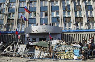 Захваченное боевиками здание СБУ в Луганске