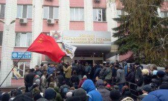 Донецкие сепаратисты возле здания милиции