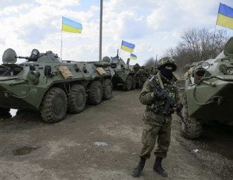 Украинский спецназовец контролирует дороги