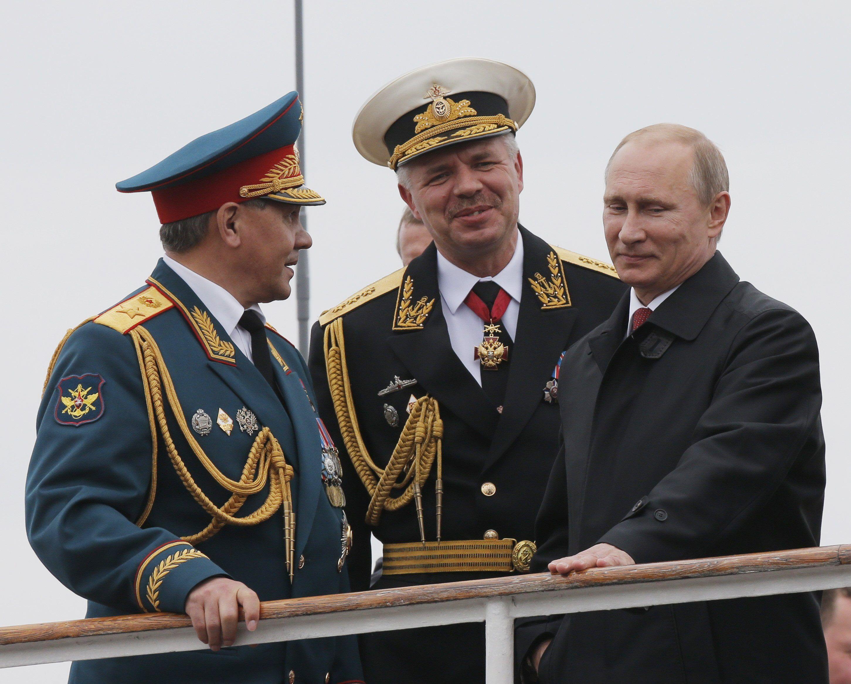 Министр обороны РФ Сергей Шойгу, командующий ЧФ РФ Александра Витко и президент РФ Владимир Путин