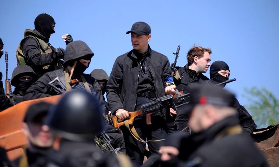 Олег Ляшко в окружении украинских силовиков