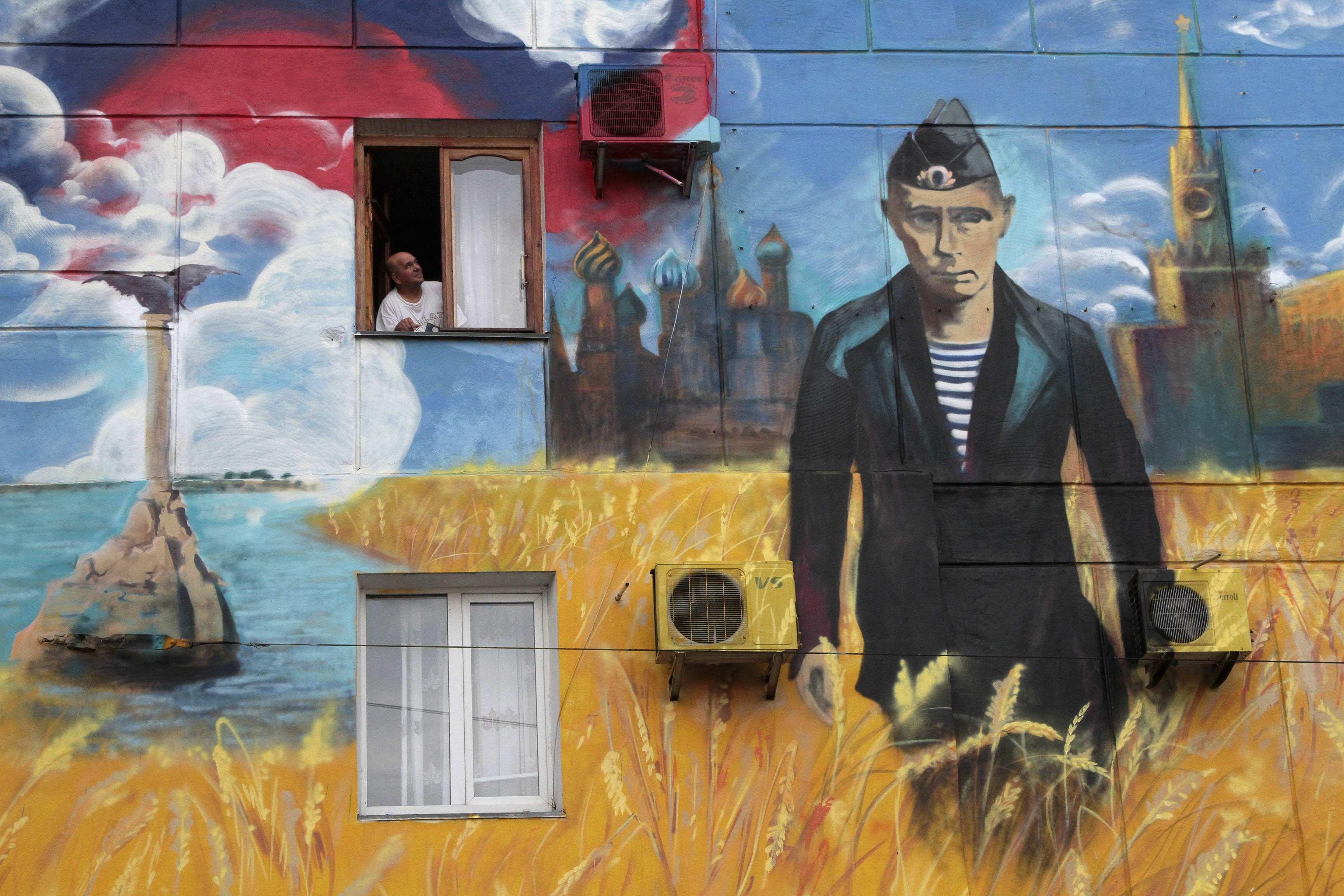 Портрет Путина на стене в Севастополе