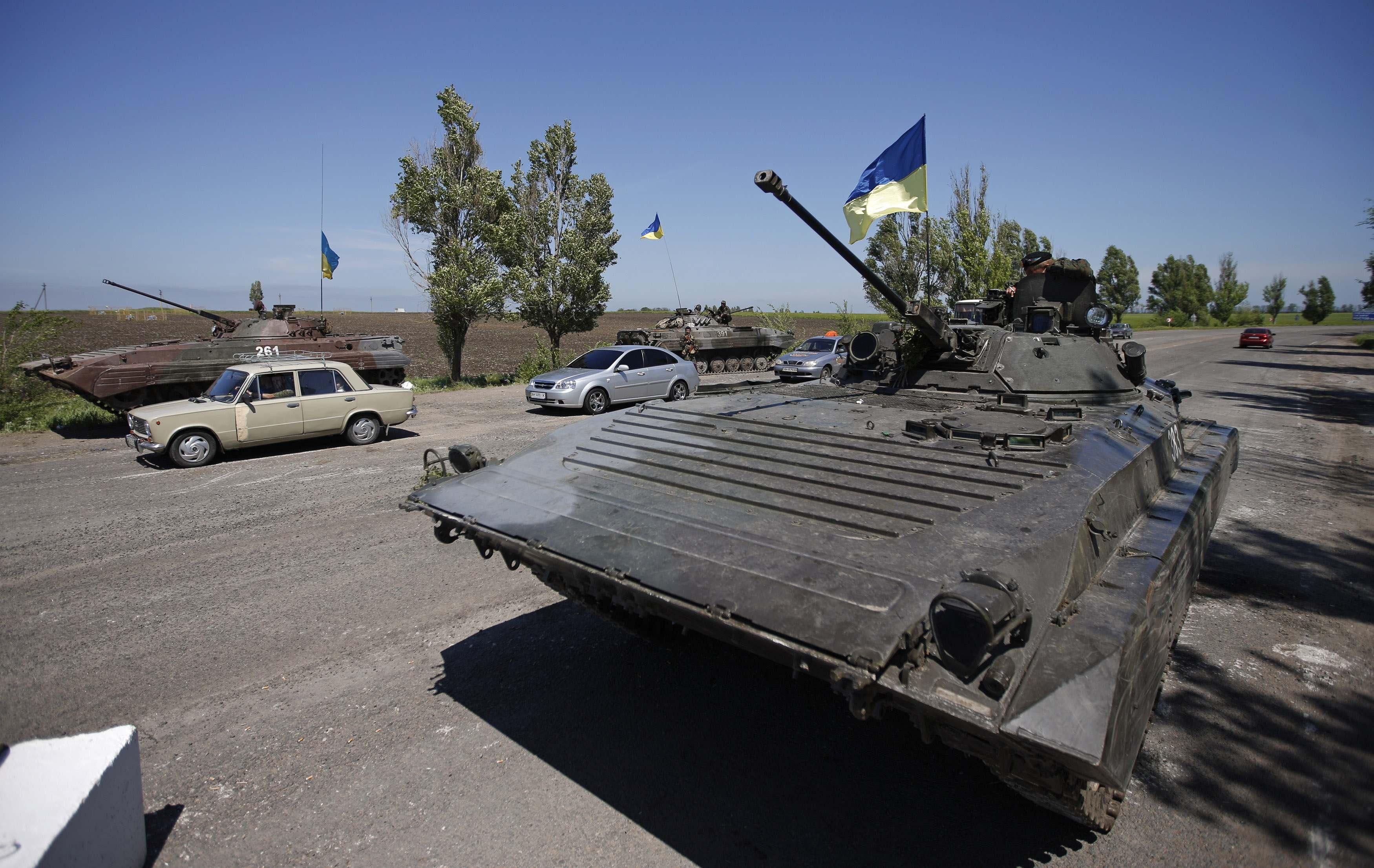 Украинские военные возле Мариуполя
