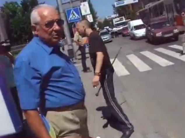 У боевика (справа) в руках кувалда