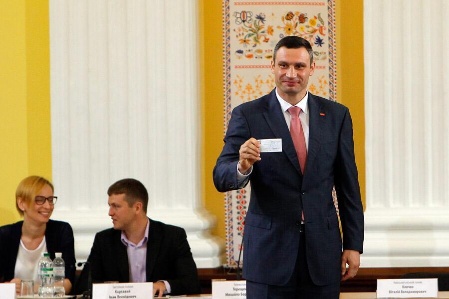 Виталий Кличко с удостоверением мэра