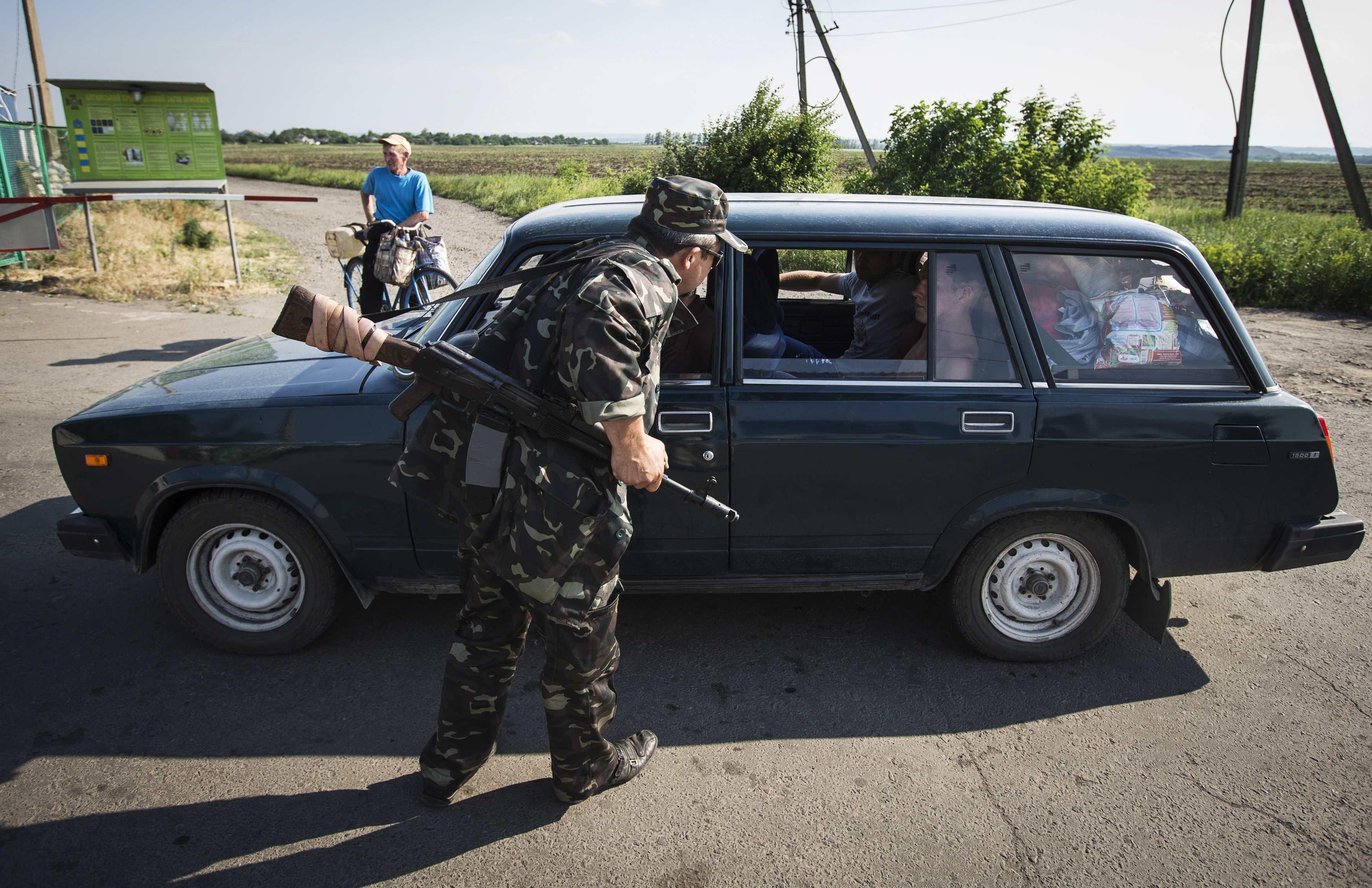 Боевик на одном из блокпостов на Донбассе