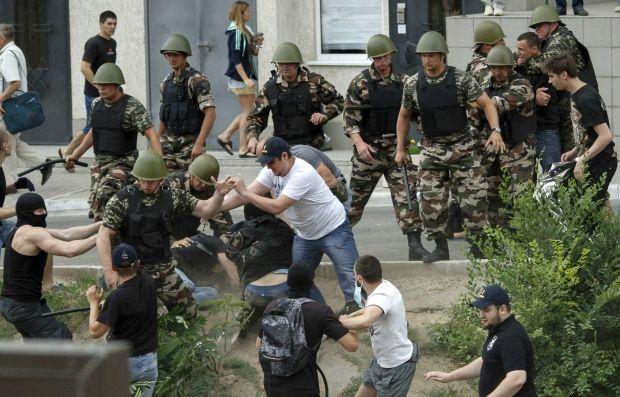 Cотрудники милиции надели наручники на четырех участников акции, которые пытались пронести к консульству взрывчатку.