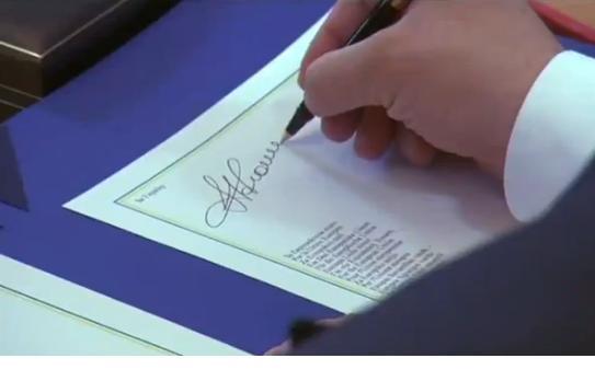 Петр Порошенко ставит подпись под Соглашением