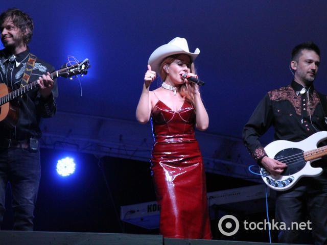 Тина Кароль выступила в образе сексуальной ковбойши: опубликованы фото