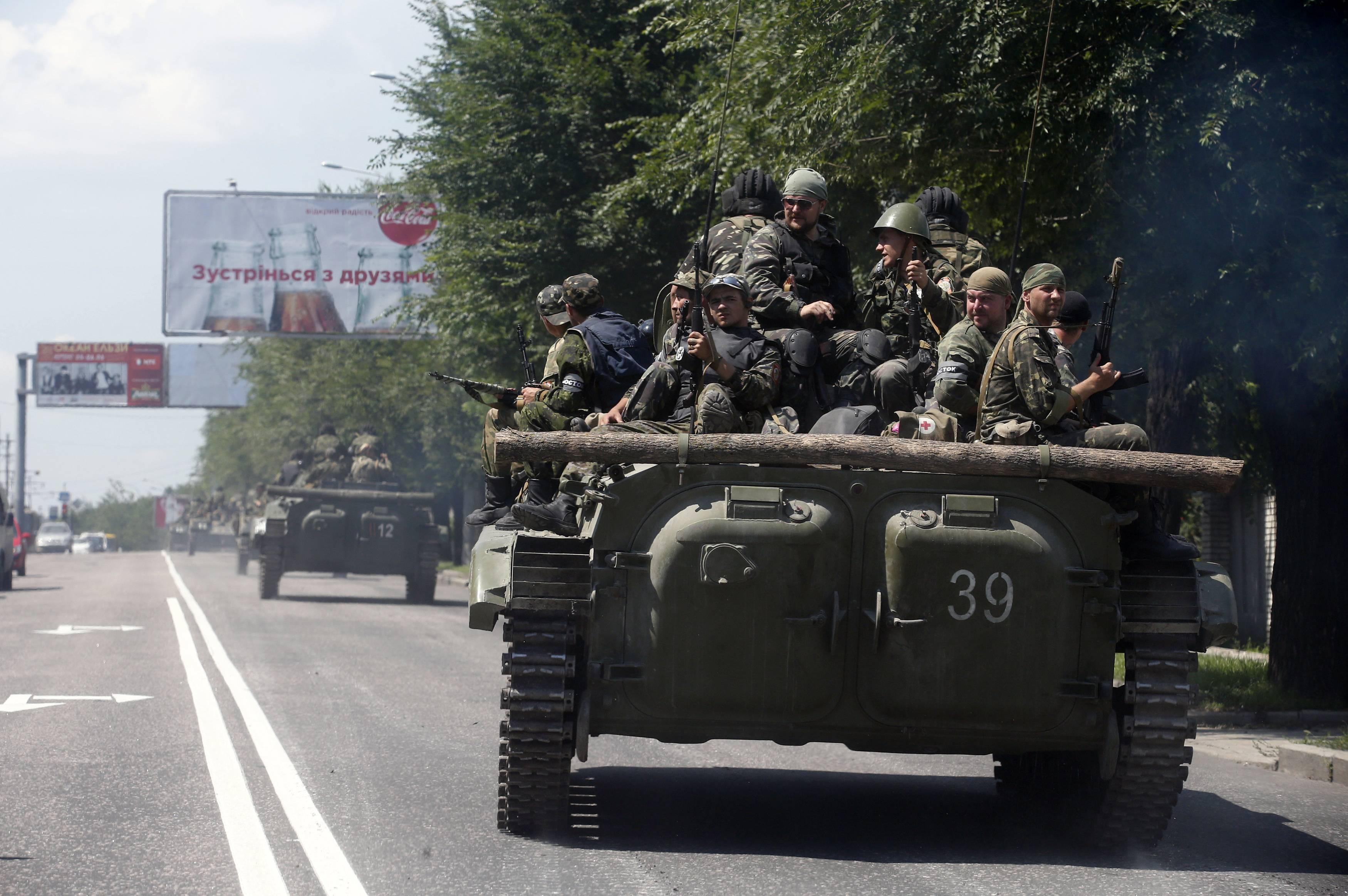 Боевики гонят бронетехнику