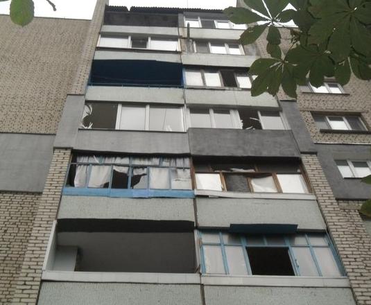 Обстрелянный дом в Луганске