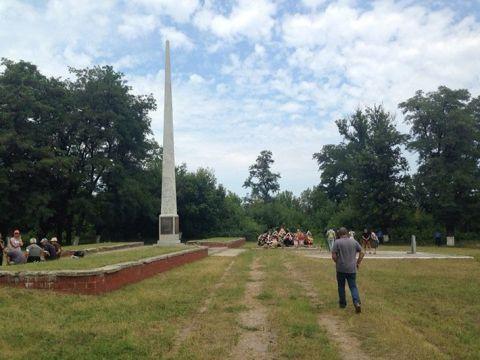 Тела некоторых жертв были похоронены демонстративно в центре города
