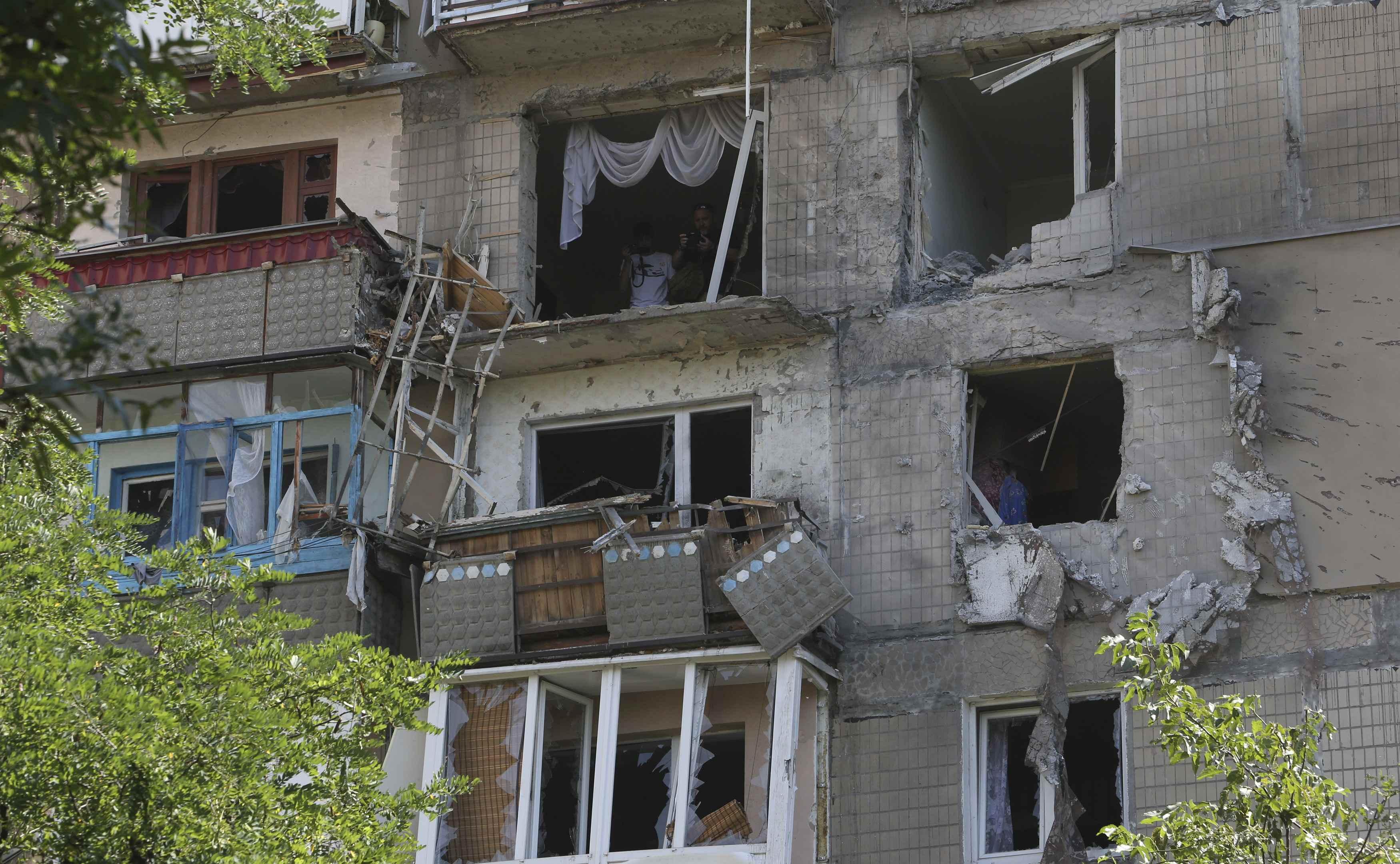 Обстрелянный дом в Донецке