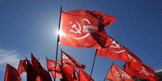 Пенсионеры вышли под советскими флагами