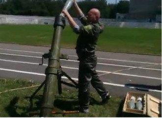 Российский наемник стреляет из миномета