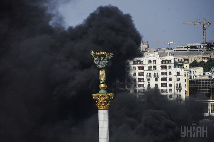 В Киеве на Майдане горели шины, а диверсанты планировали теракт