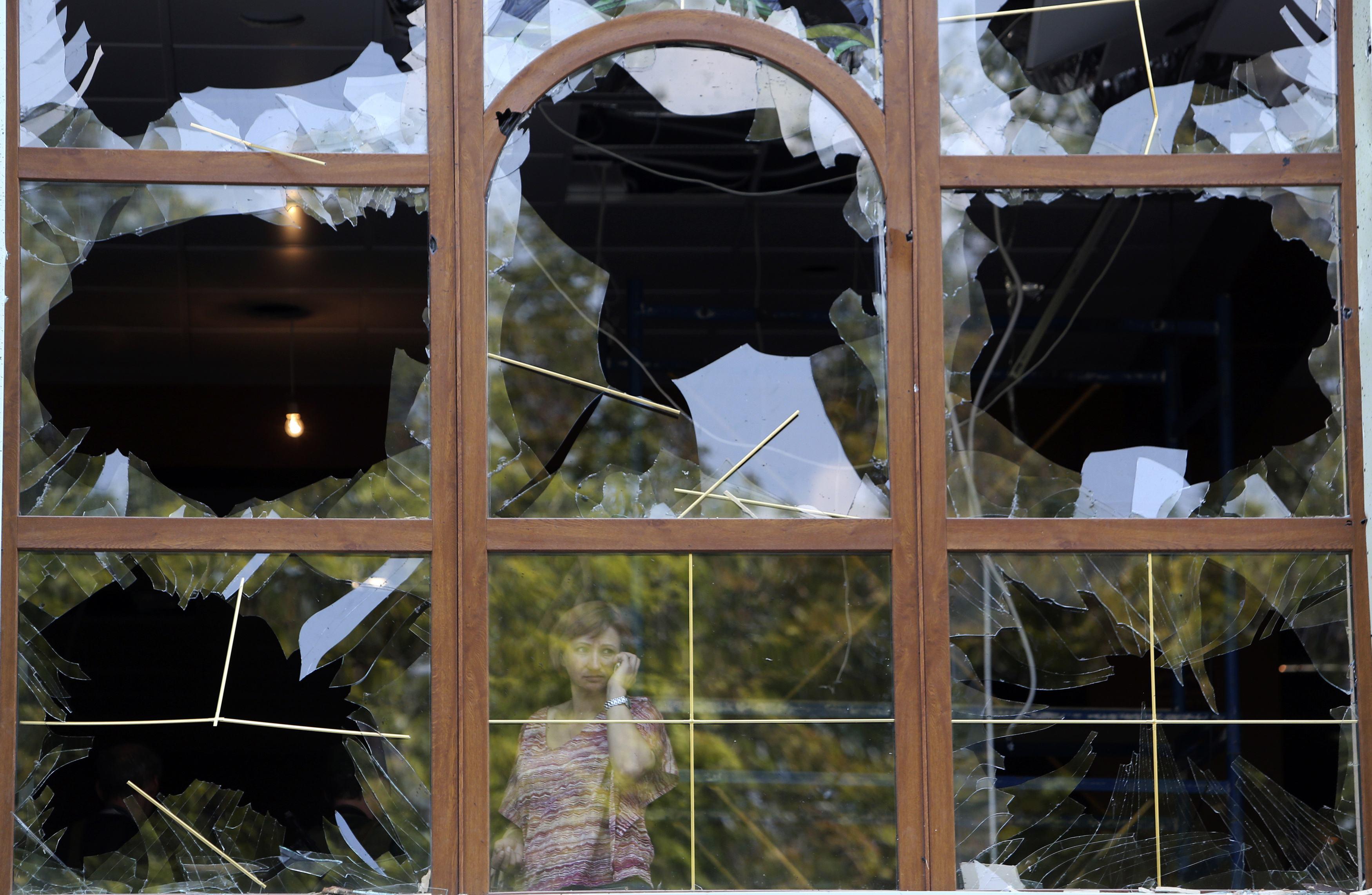 В Донецке слышны залпы и взрывы