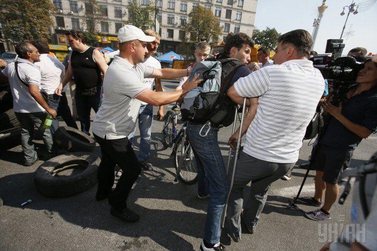 Коммунальщики разбирают баррикады Майдана