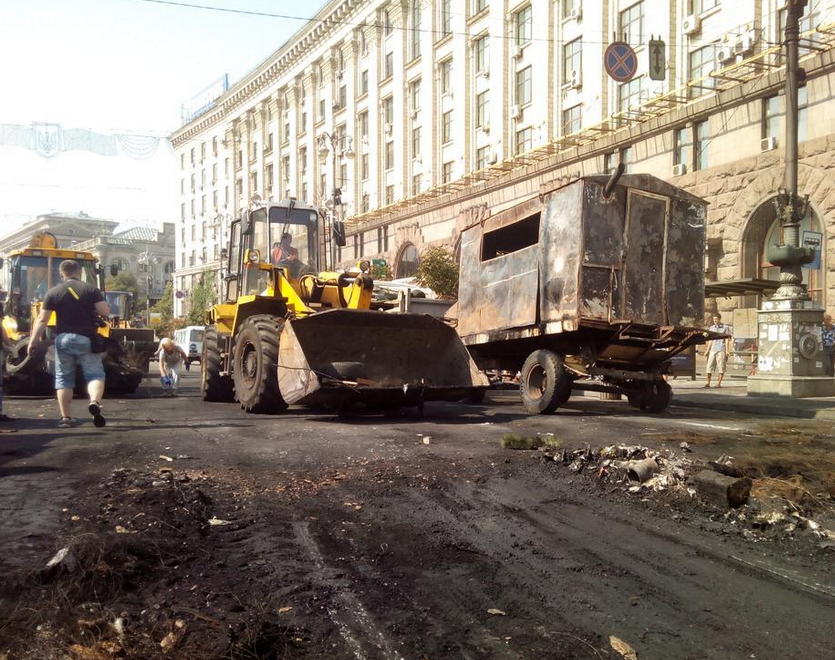 Уборка баррикад Майдана