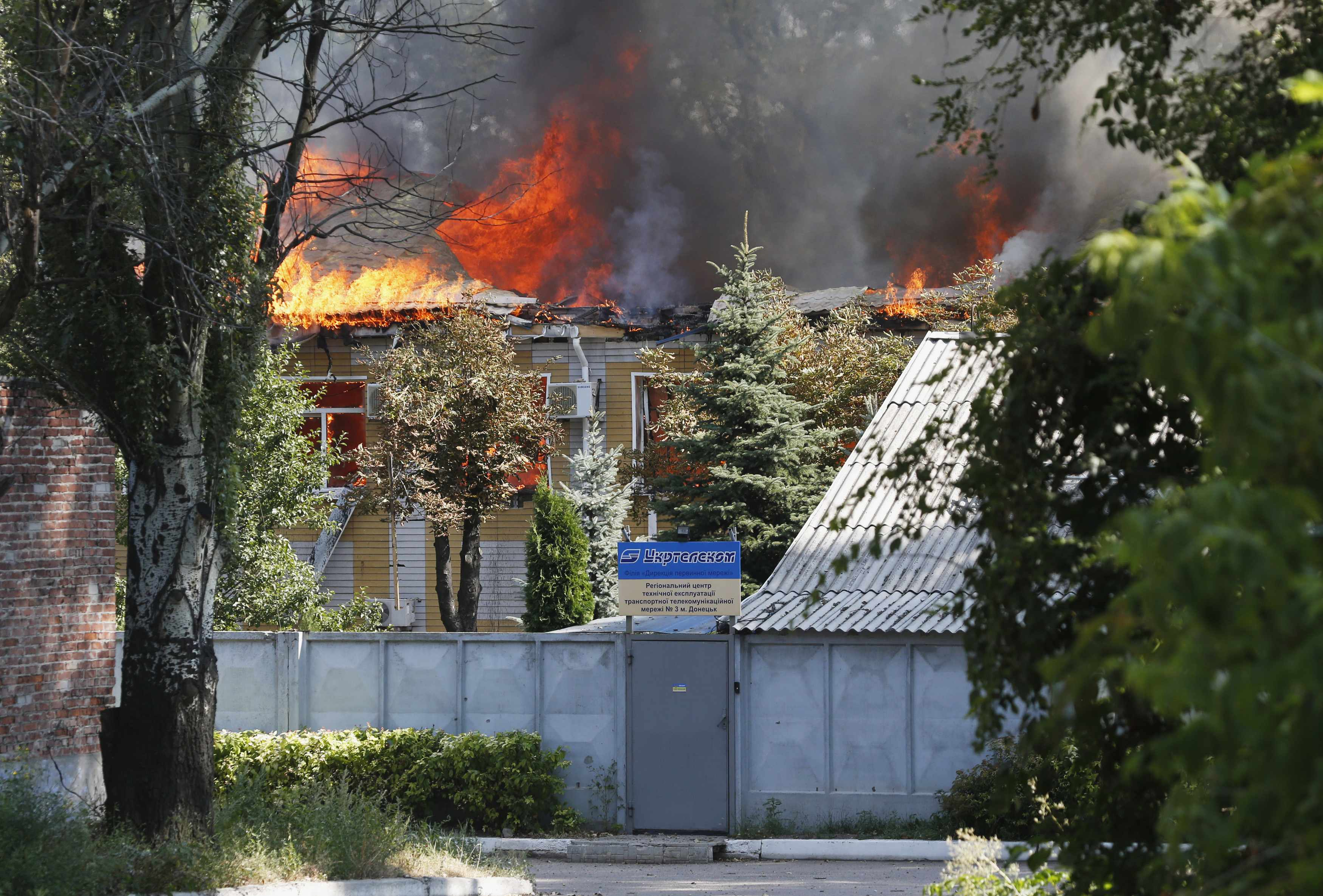 Боевики превращают Донецк в развалины. Горит здание