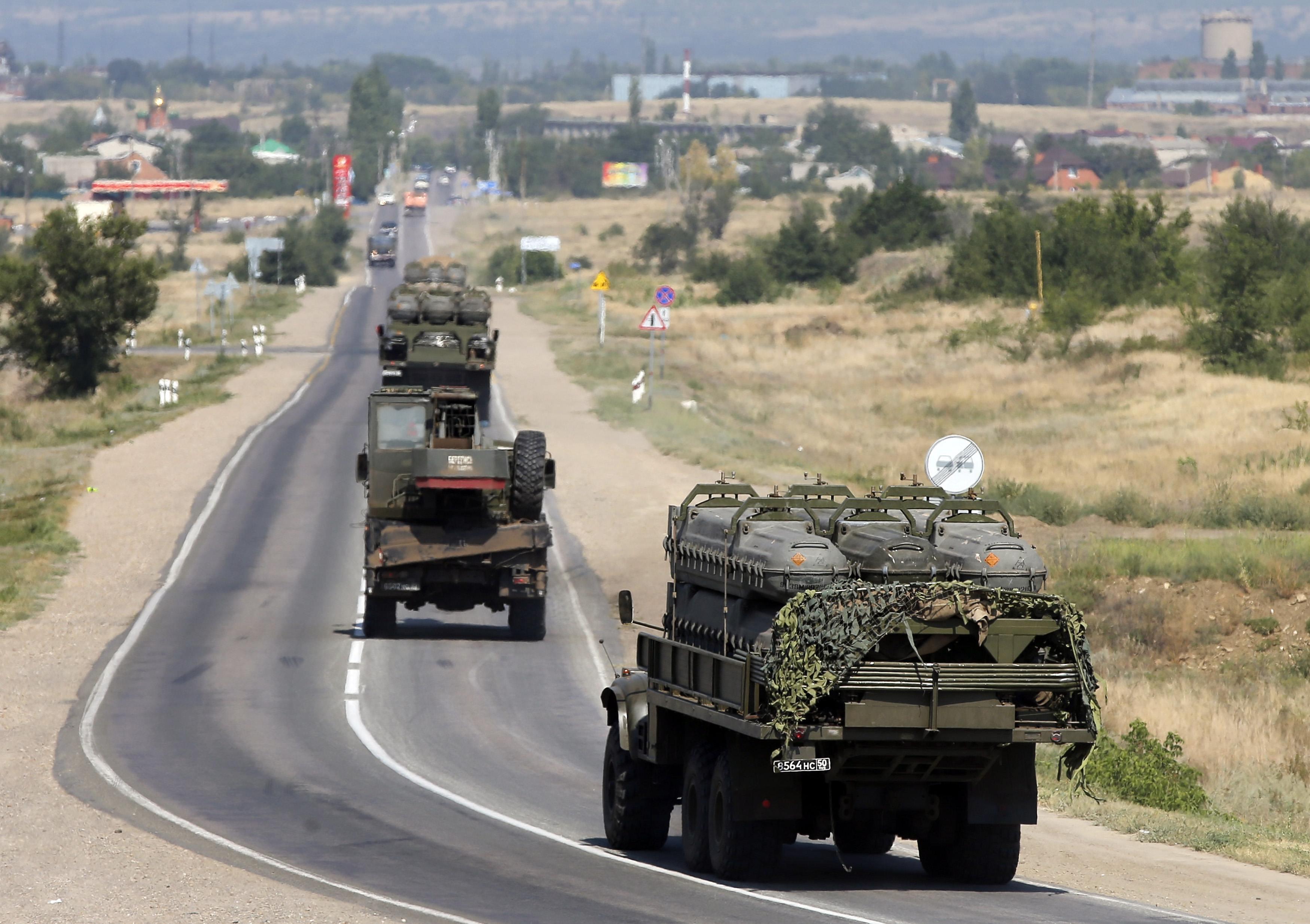 """Российская армия перевозит контейнеры для ракет """"Бук"""""""