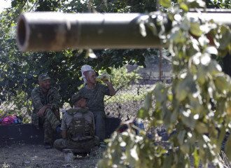 Боевики ДНР возле российского танка в Новоазовске