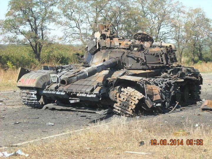 Подбитый на Луганщине танк боевиков, иллюстрация