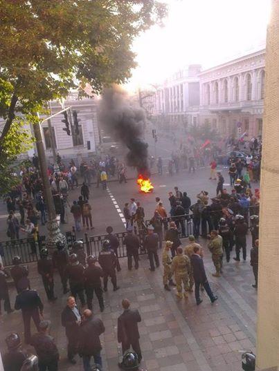Депутаты приняли закон о люстрации, а под Радой жгли шины: опубликованы фото