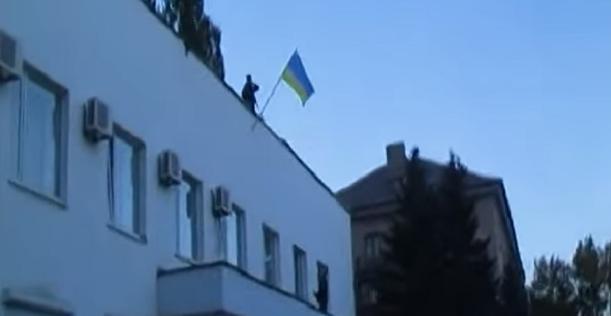 Флаг Украины на здании горисполкома в Ждановке