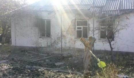Обстрелянный дом в поселке Горское