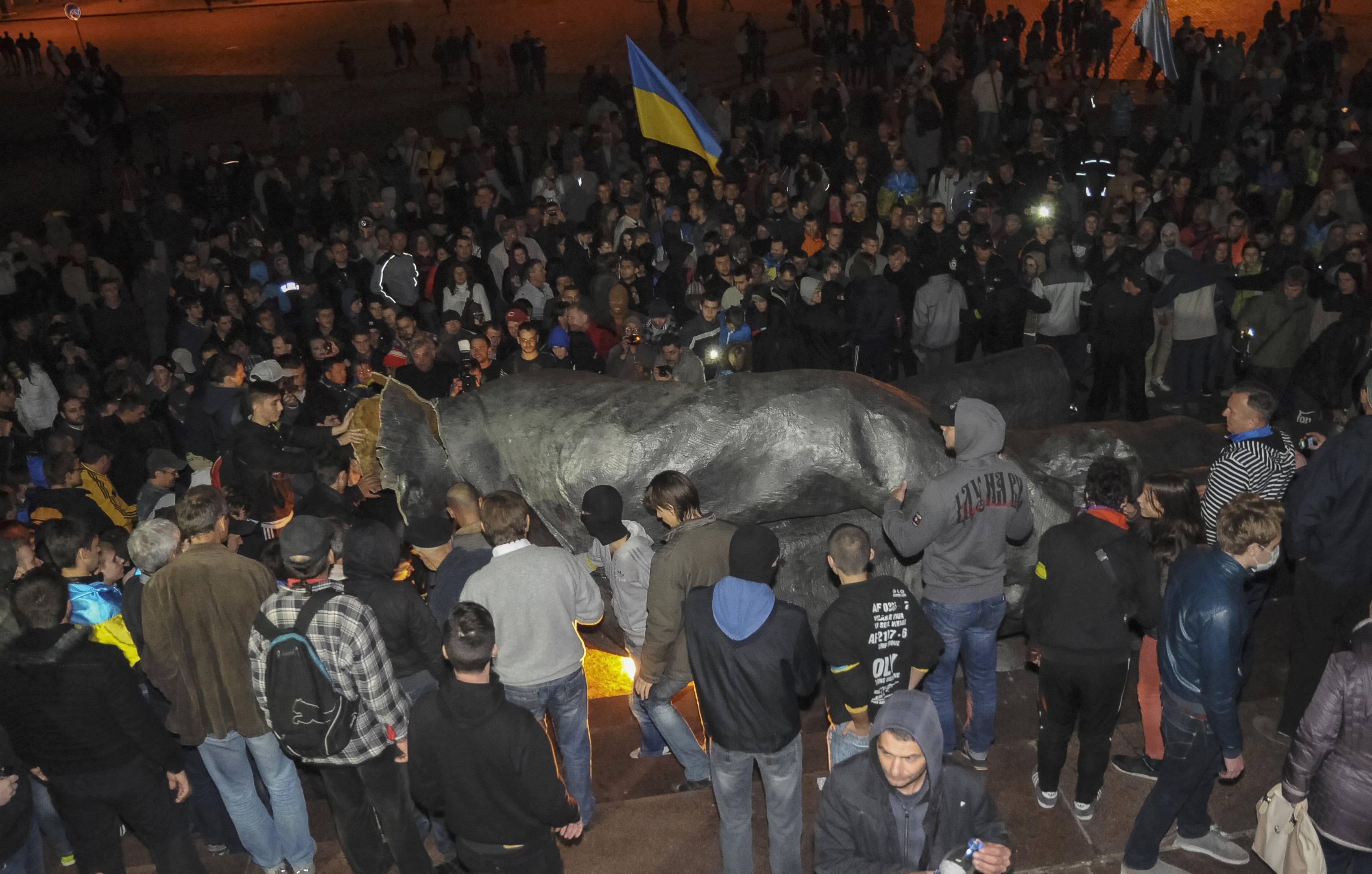 Как в Харькове памятник Ленину свергли: опубликованы новые фото и видео