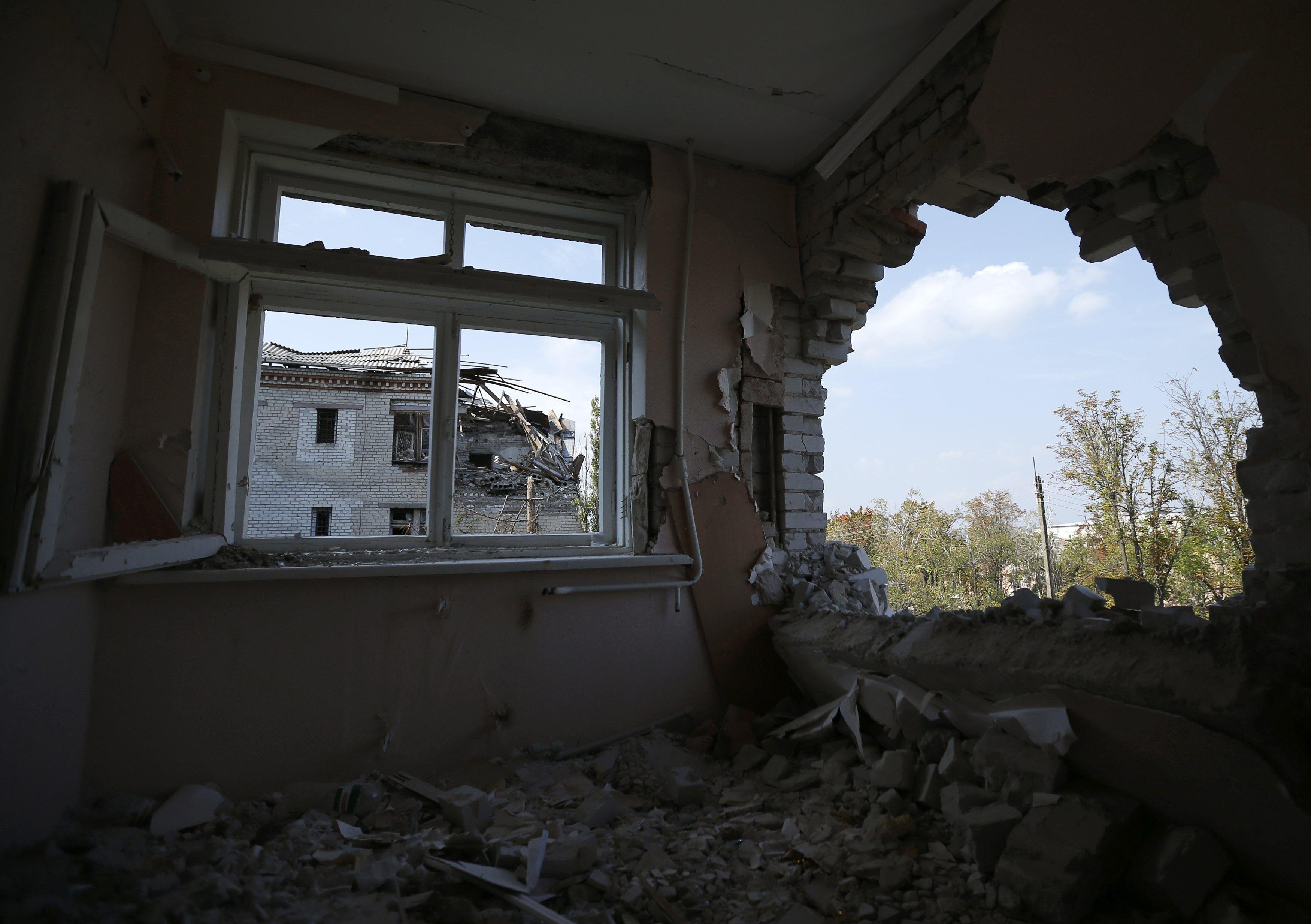 Обстрелянный дом на Донбассе, иллюстрация
