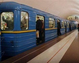 Упавшая сегодня на рельсы в киевском метро женщина скончалась.