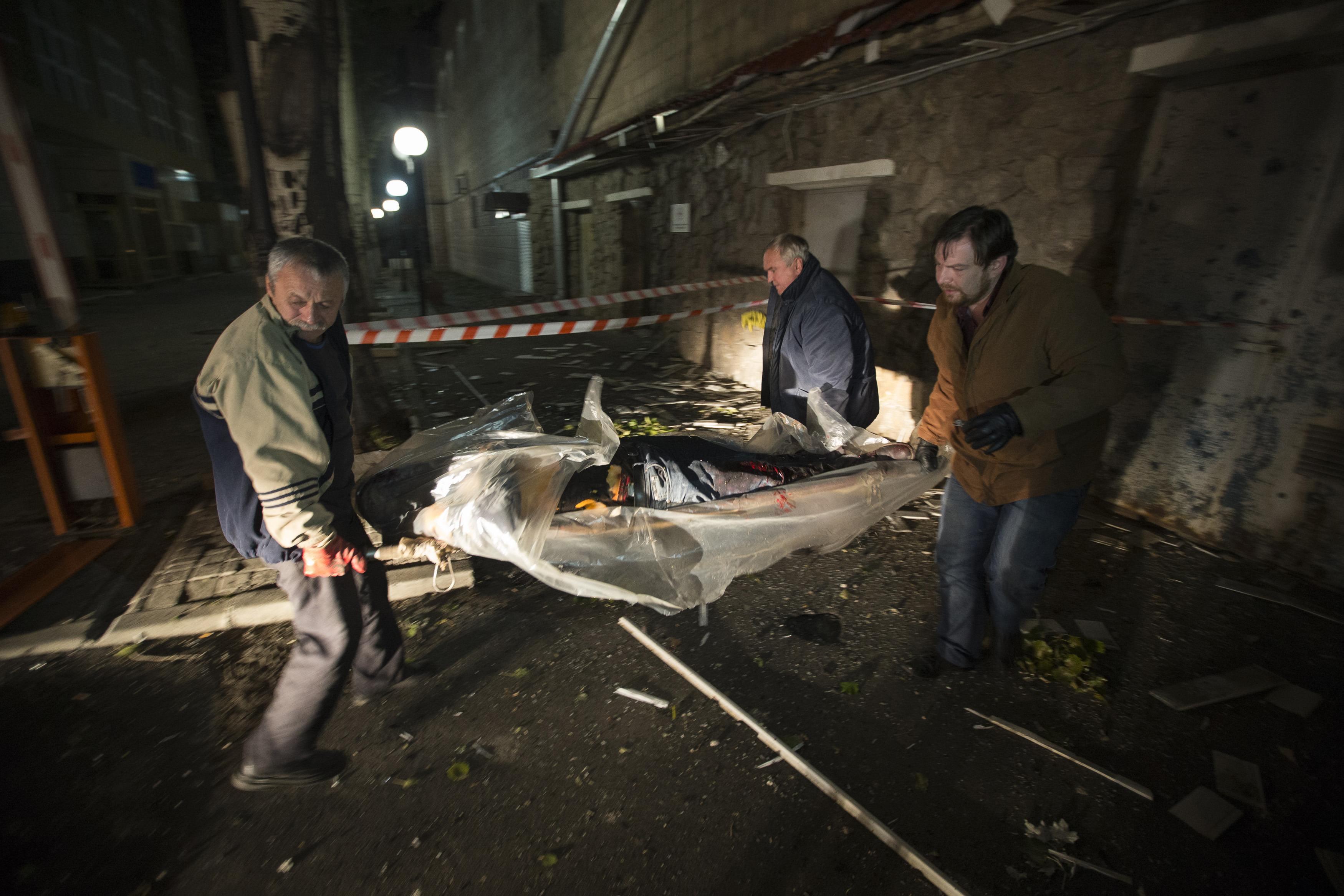 Боевики несут тело Лорана Этьена