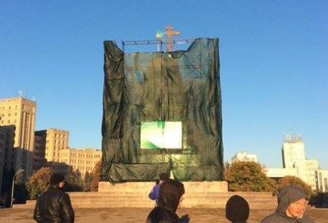 """Крест на """"ленинском"""" постаменте в Харькове"""