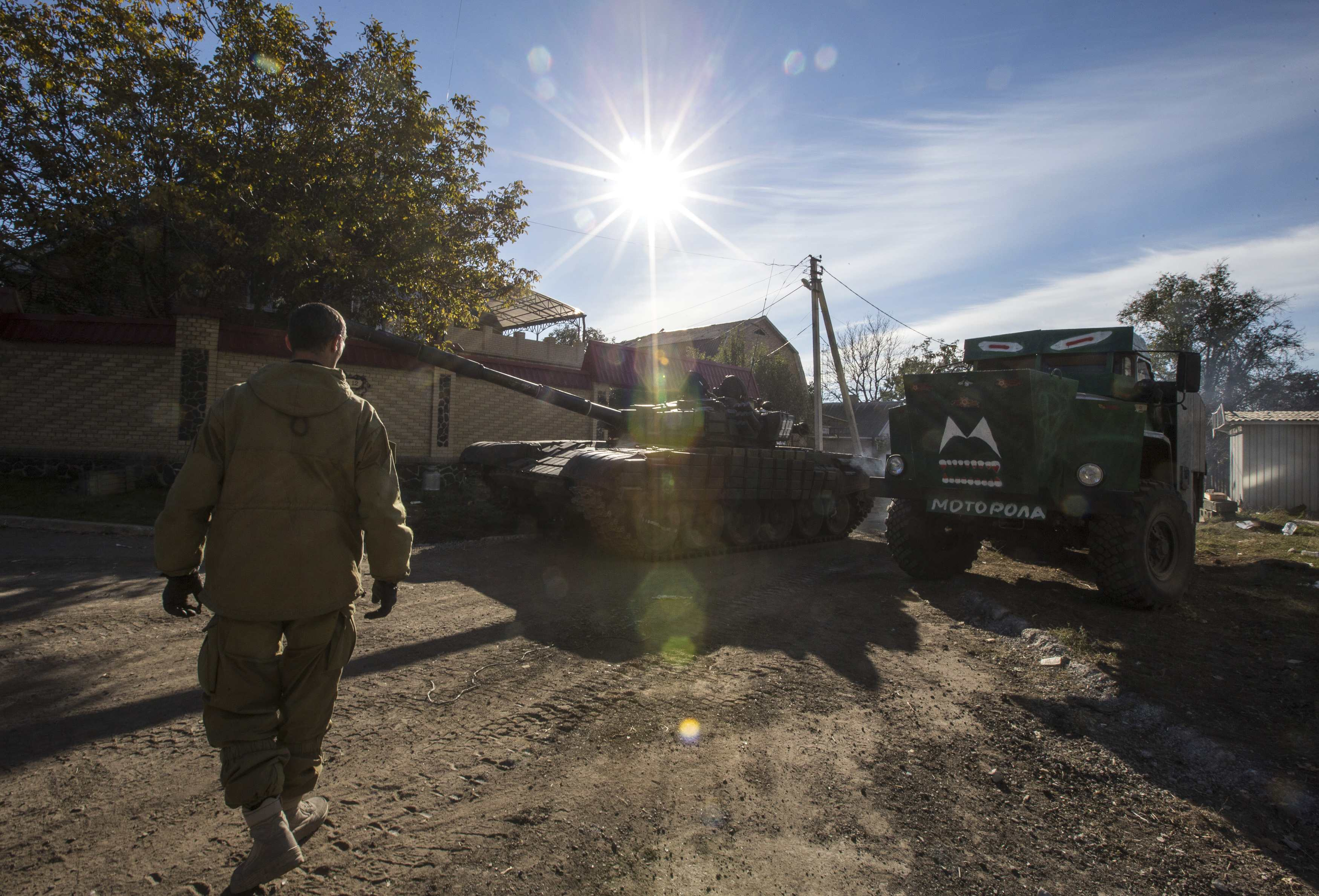Боевики подтягивают танки к аэропорту