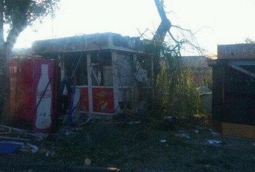 Разрушенный киоск в Донецке