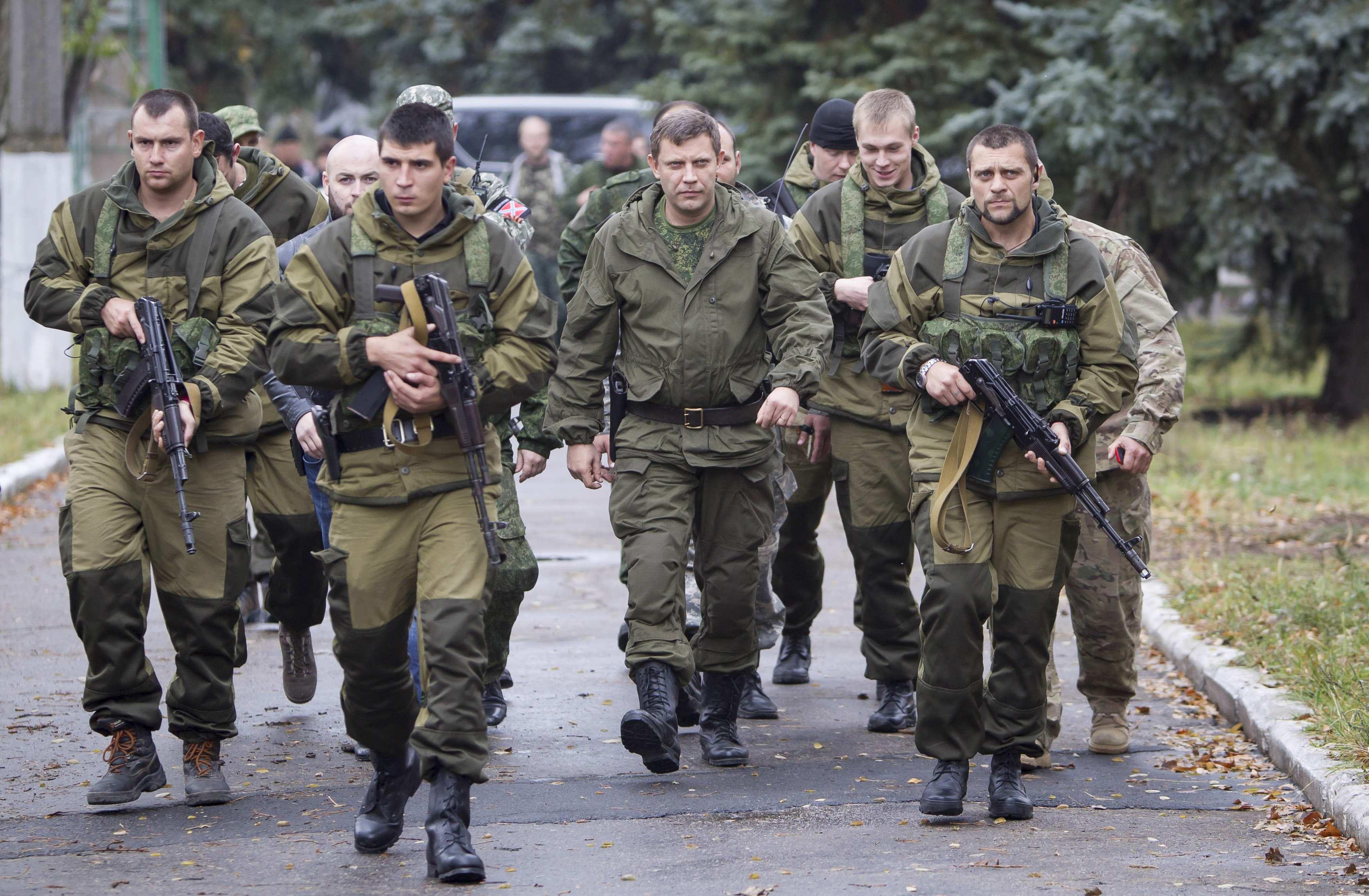 Главарь боевиков ДНР в окружении охраны