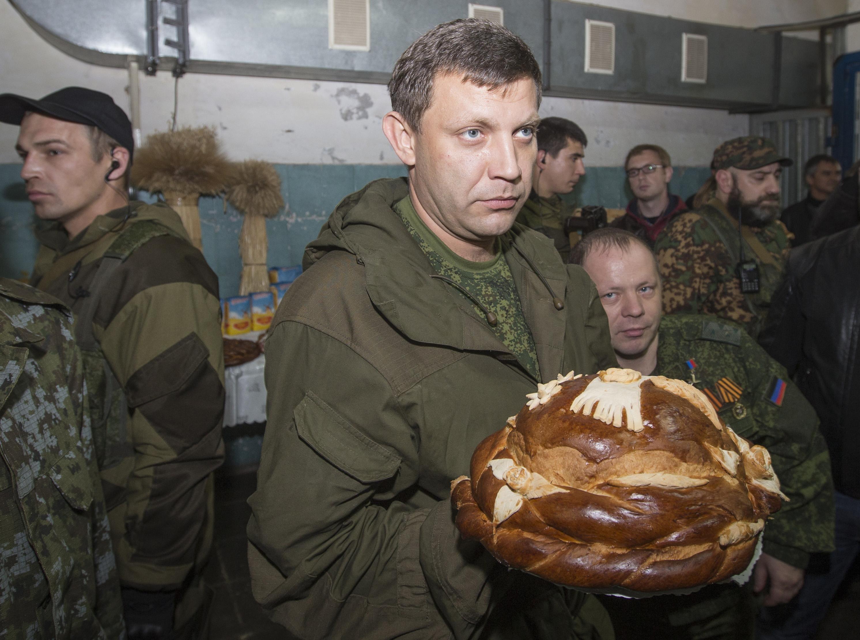 Александр Захарченко принимает подношения